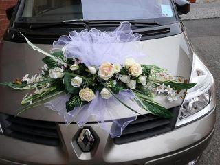 OZDOBA - KVĚTINA RUŽÍ NA AUTO